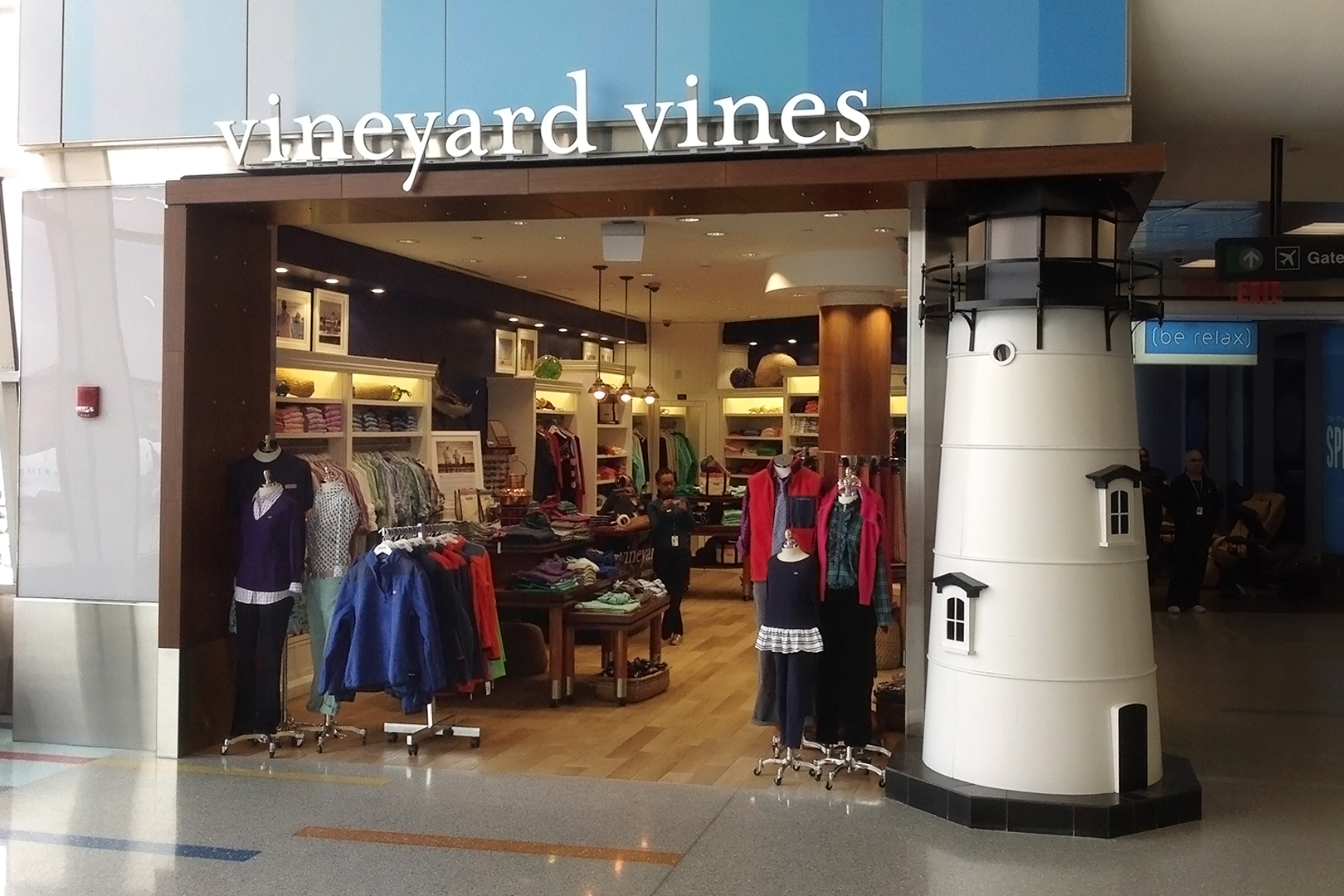 Vineyard Vines storefront, lighthouse serves as a pillar on the right.