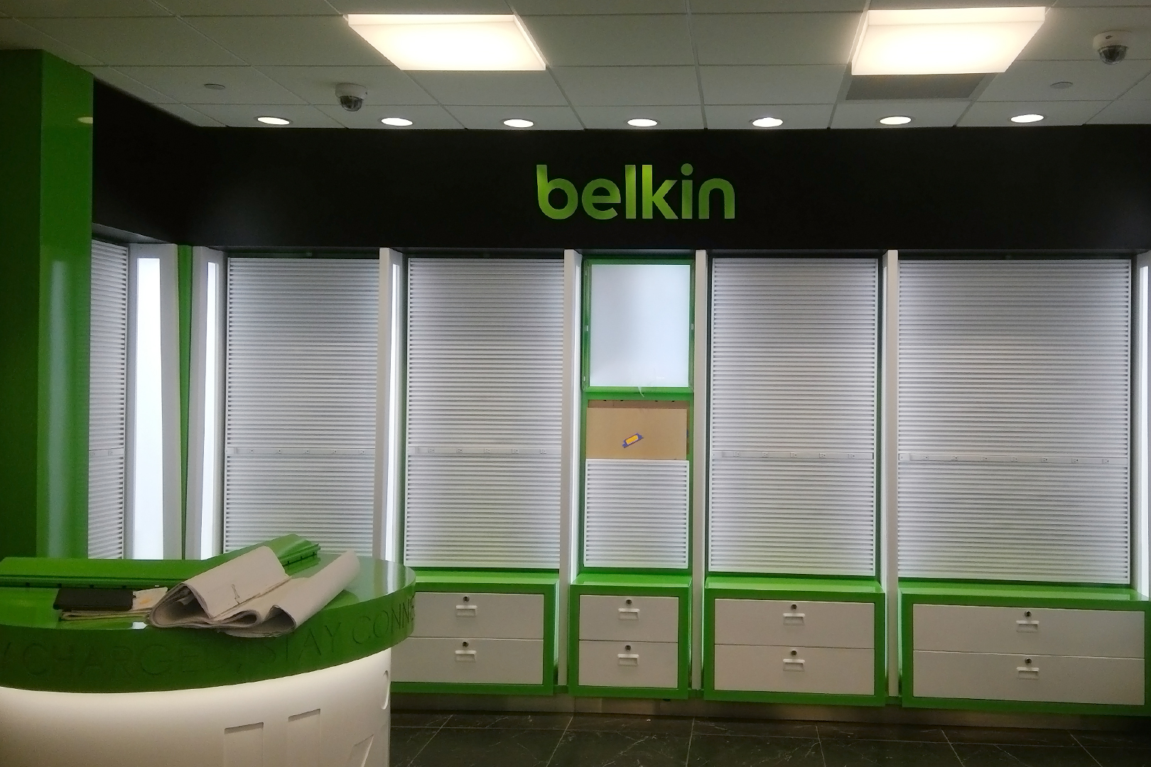 Tech on the go wall belkin wall fixture with green trim